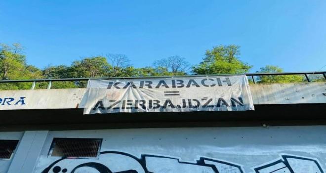 """Çexiyanın paytaxtı Praqa şəhərinin mərkəzində poster: """"Qarabağ Azərbaycandır!"""""""